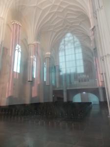 Die große Aula der Paulinerkirche befindet sich hinter einer Glaswand