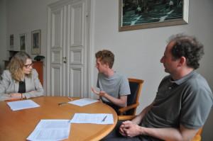 Von links nach rechts: Kanzlerin Birgit Dräger, student!-Redakteur Rewert Hoffer und Dekan Roger Berger