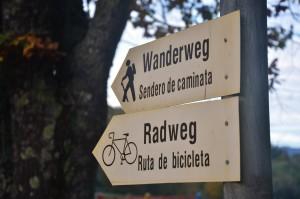 Die Wander- und Radwege sind hier auf Deutsch und Spanisch beschildert