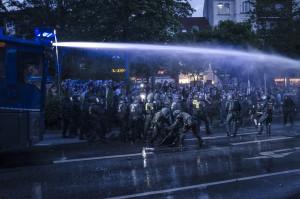 Wasserwerfer Einsatz gegen Demonstranten und Schaulustige am neuen Pferdemarkt am Abend des 06.07.2017 Foto: Tim Wagner