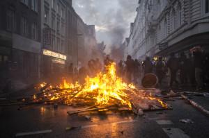 Brennende Barrikade am Eingang zum Schulterblatt, vom neuen Pferdemarkt kommend sowie Autonome im Hintergrund.