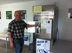 Stephan Viehweg demonstriert das Milchzapfen