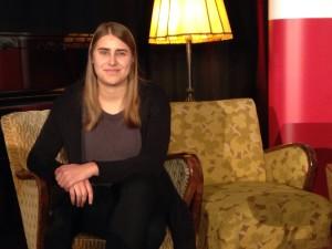 Die 19-jährige June Tomiak auf der Pressekonferenz der Leipziger Buchmesse