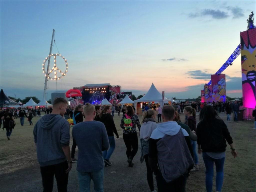 Wenn die Sonne untergeht, beginnt der Festival-Tag (Foto: privat)