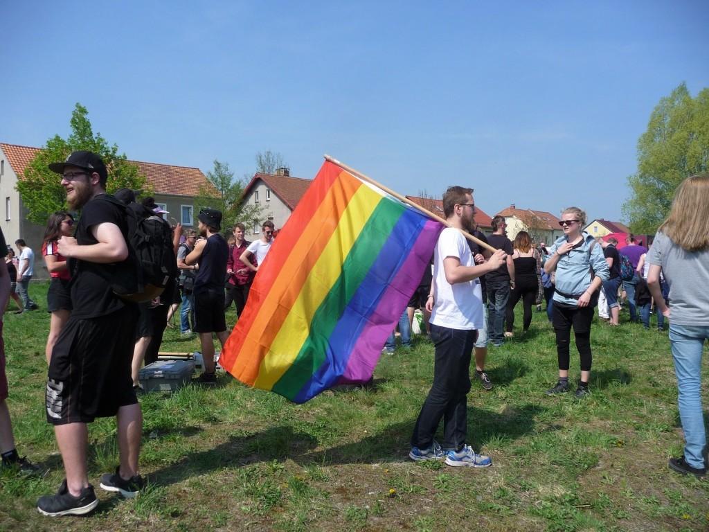 Regenbogenflagge gegen Rechts