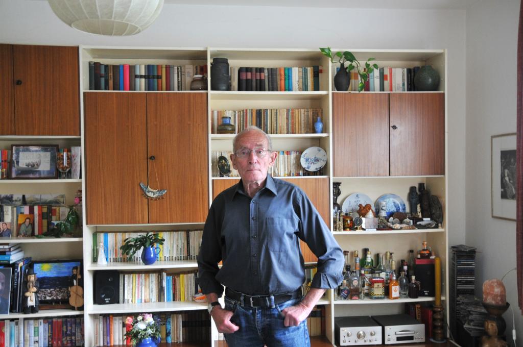 Der ehemaliger Direktor Cornelius Weiss in seinem Wohnzimmer in Leipzig