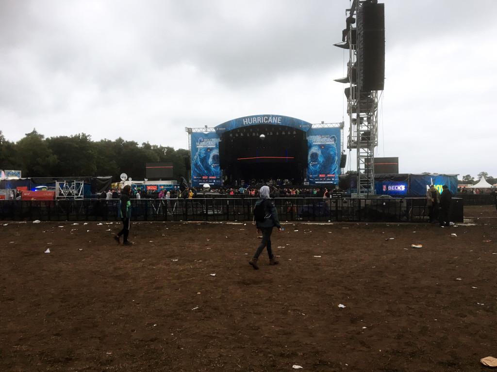 Noch ist es leer vor der Bühne, gleich kommen Arcade Fire