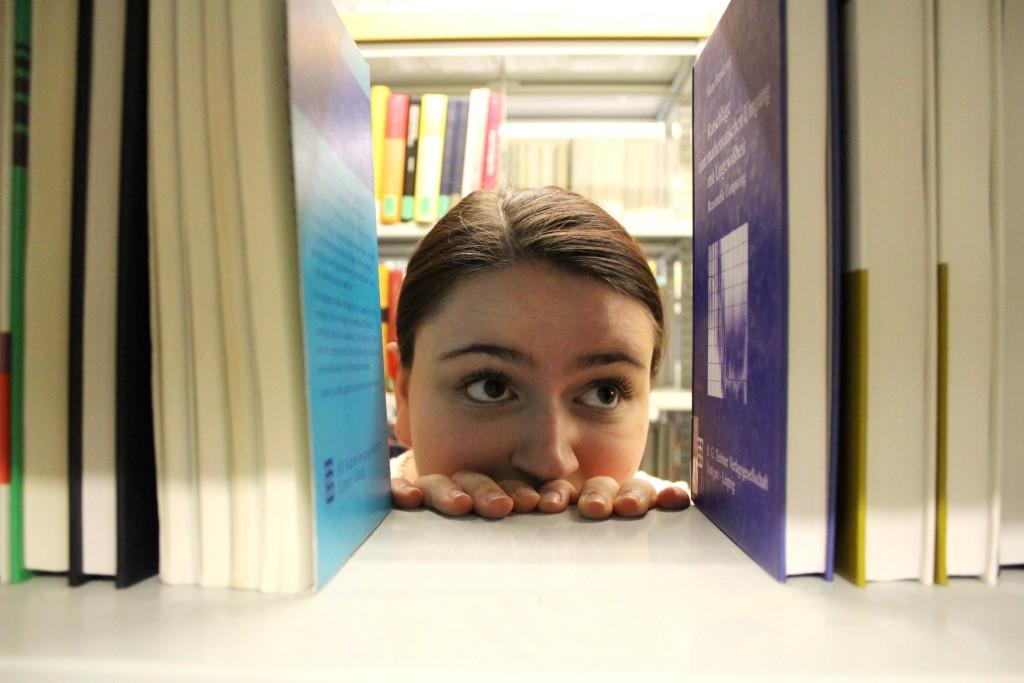 Elisa zwischen Büchern in der Campus-Bib