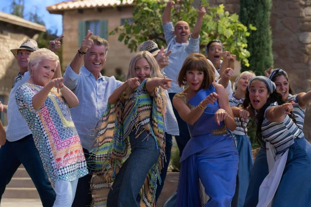 Rosie, Sam, Sophie und Tanja erwarten die Ankunft der Partygäste.