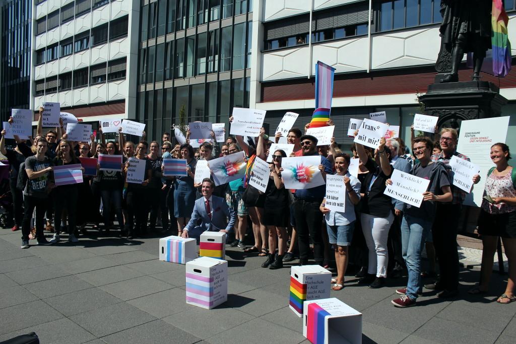 Mit Postern und Flaggen gegen Transfeindlichkeit