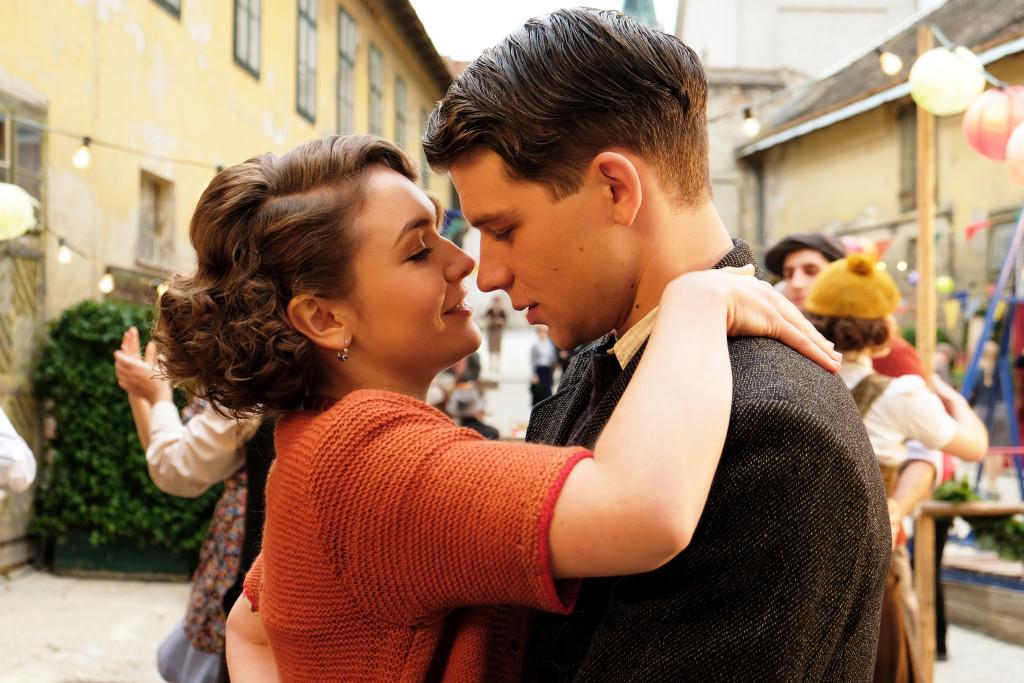Beim Tanz kommen sich Franz und Anezka (Emma Drogunova) näher, doch schon bald ist sie verschwunden und Franz bliebt ratlos zurück.