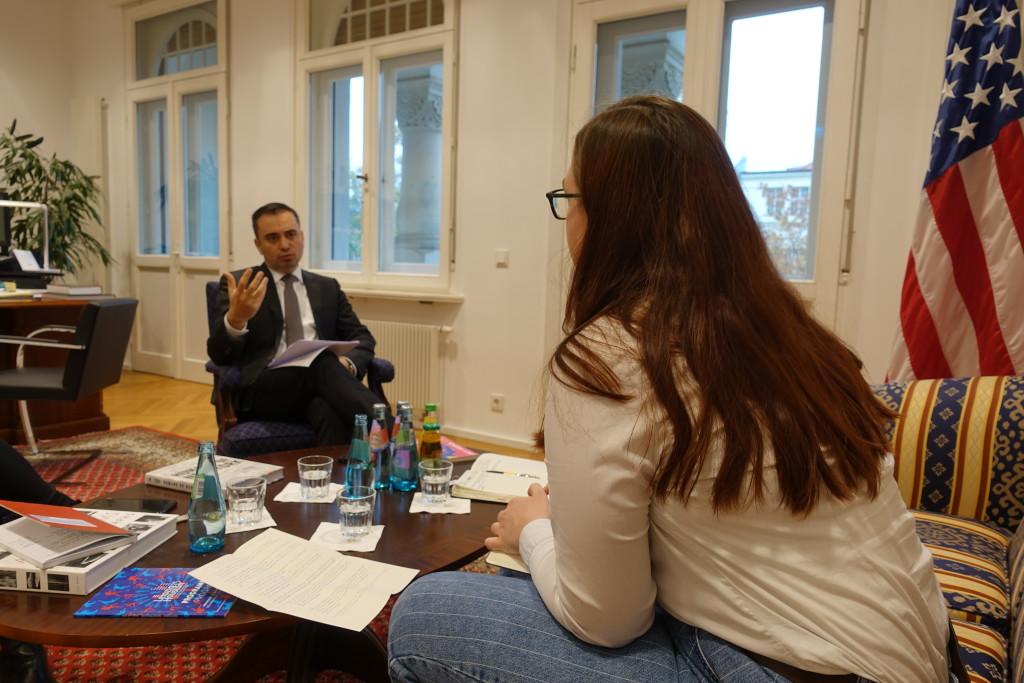 US-Konsul im Gespräch mit Autorin Luise