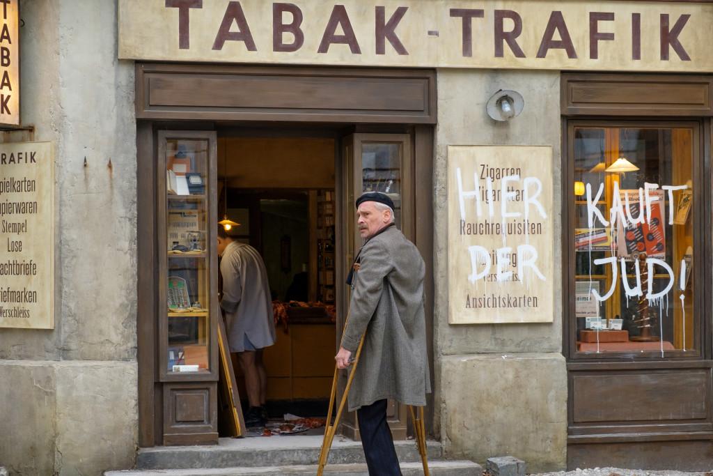 Die Trafik Otto Trsjneks (Johannes Krisch) wird zur Zielscheibe antisemitischer Attacken