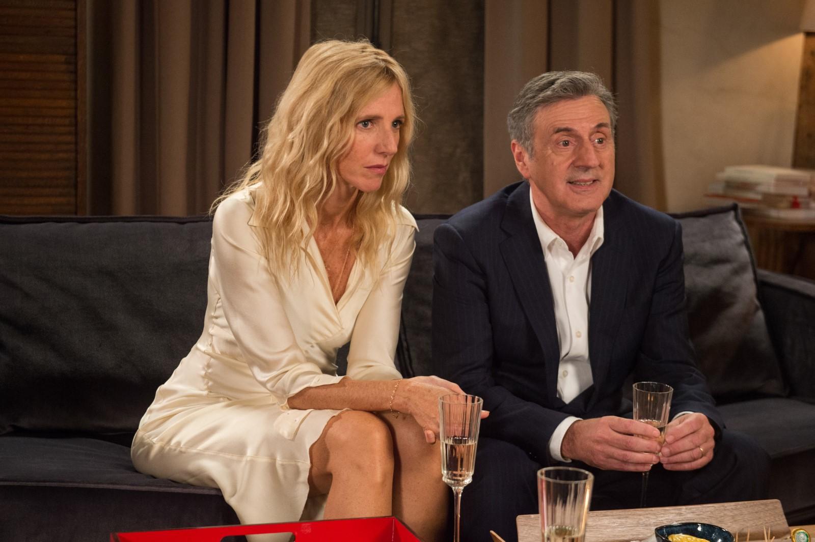 Isabelle (Sandrine Kiberlain) und Daniel (Daniel Auteuil) hängen an den Lippen ihrer Gäste