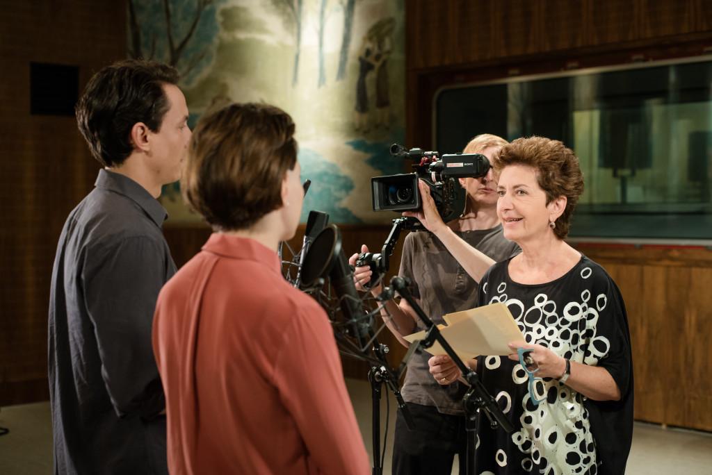 Ruth Beckermann bei den Dreharbeiten in einem ORF-Studio