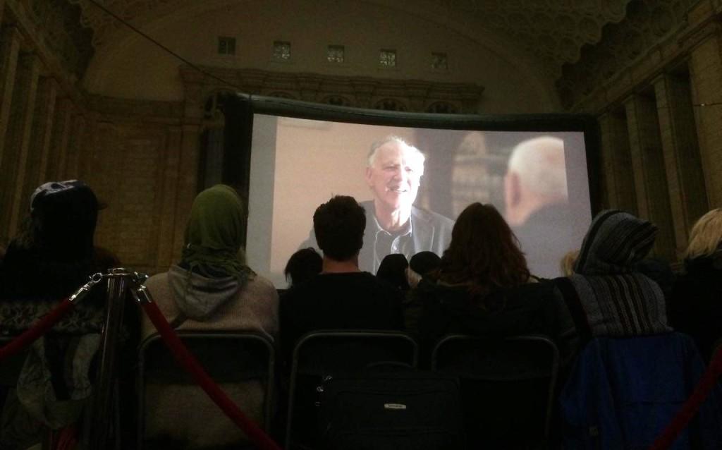 Die Zuschauer warten geduldig auf den Beginn des Films in der Osthalle