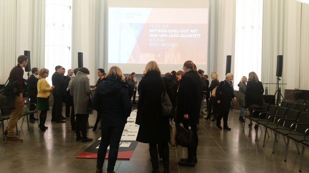 Die Mitarbeiter der Universität Leipzig betrachten das Roll-Out der neuen Website im Paulinum