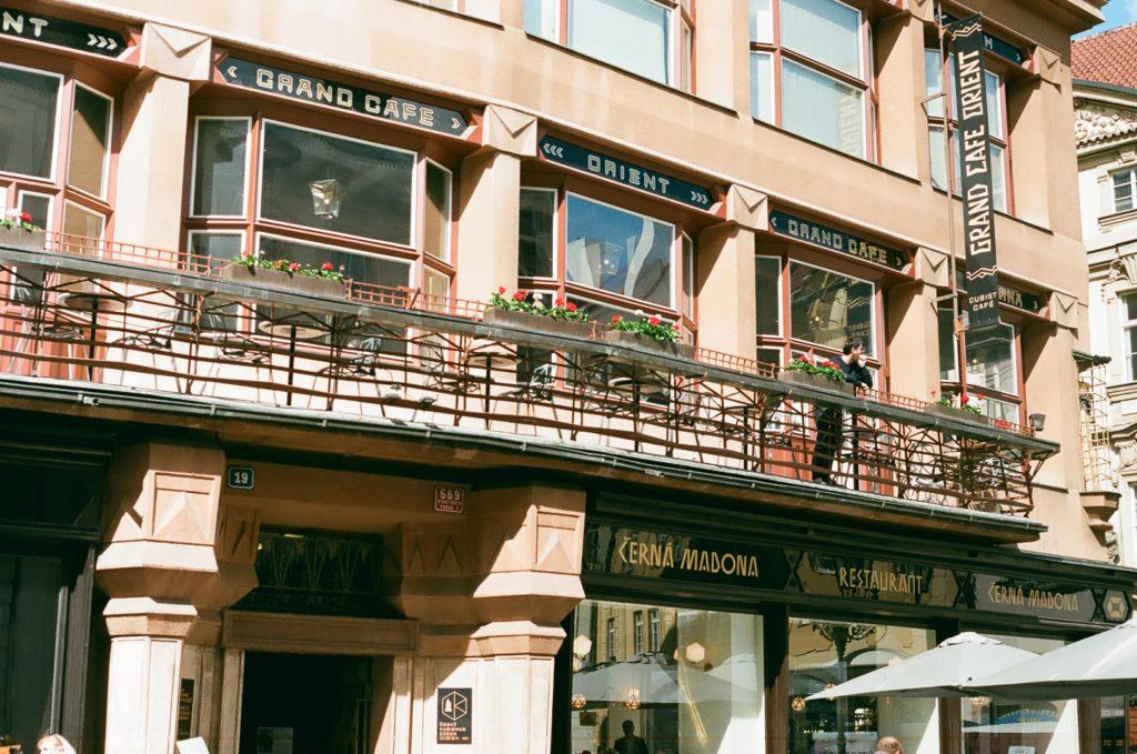 Die tschechische Hauptstadt Prag ist berühmt für ihre geschichtsträchtigen Kaffeehäuser, in denen sich schon Kafka und Max Brod trafen und über Literatur und das Leben philosophierten.