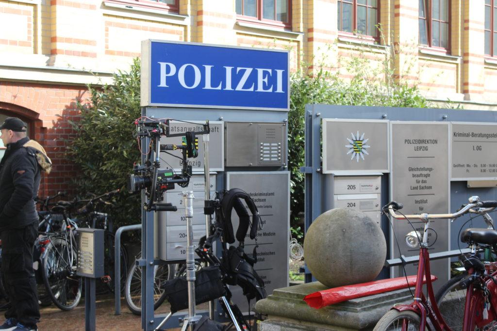 Polizeischild und Drehrequisiten