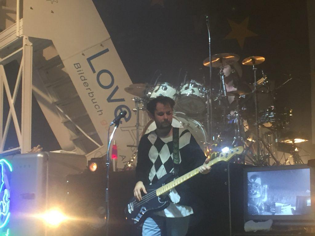 Der Bassist von der Band Bilderbuch auf der Bühne