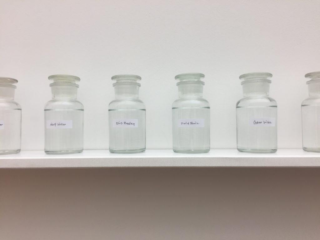 """Leere Gläser in der Ausstellung """"PEACE is POWER"""" von Yoko Ono im Museum der bildenden Künste Leipzig"""