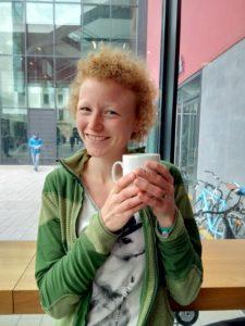 Eine Frau mit einer Tasse Kaffee in der Hand