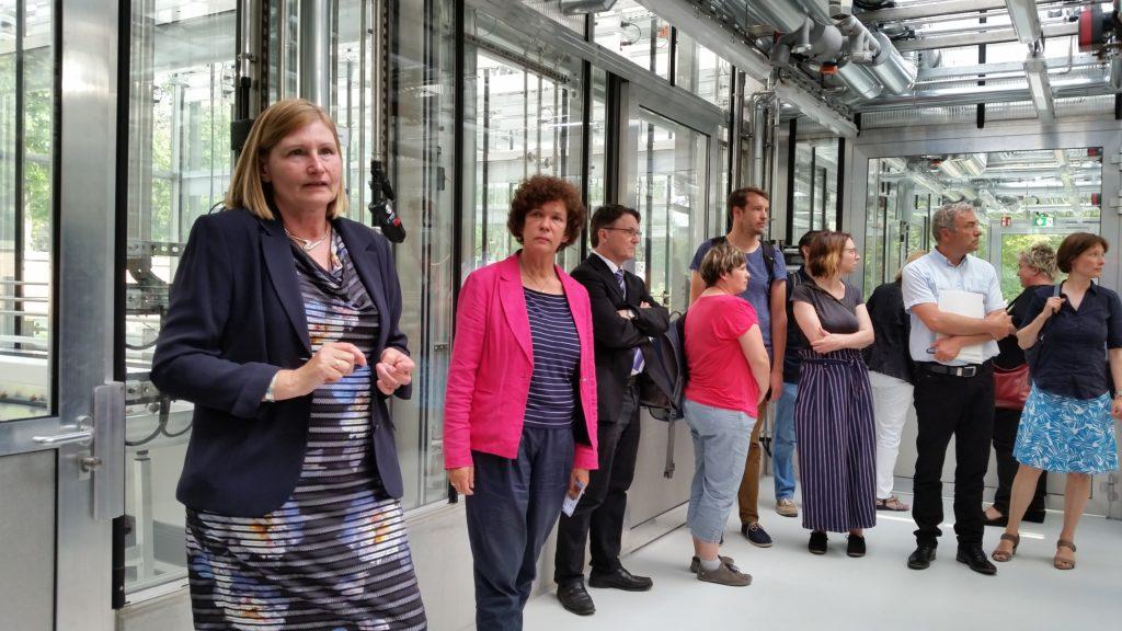 Beate Schücking, Rektorin der Universität Leipzig, begutachtet das neu erbaute Forschungsgewächshaus des iDiv im Botanischen Garten.