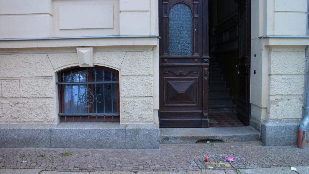 Der Hauseingang zur Pfaffendorfer Straße 52