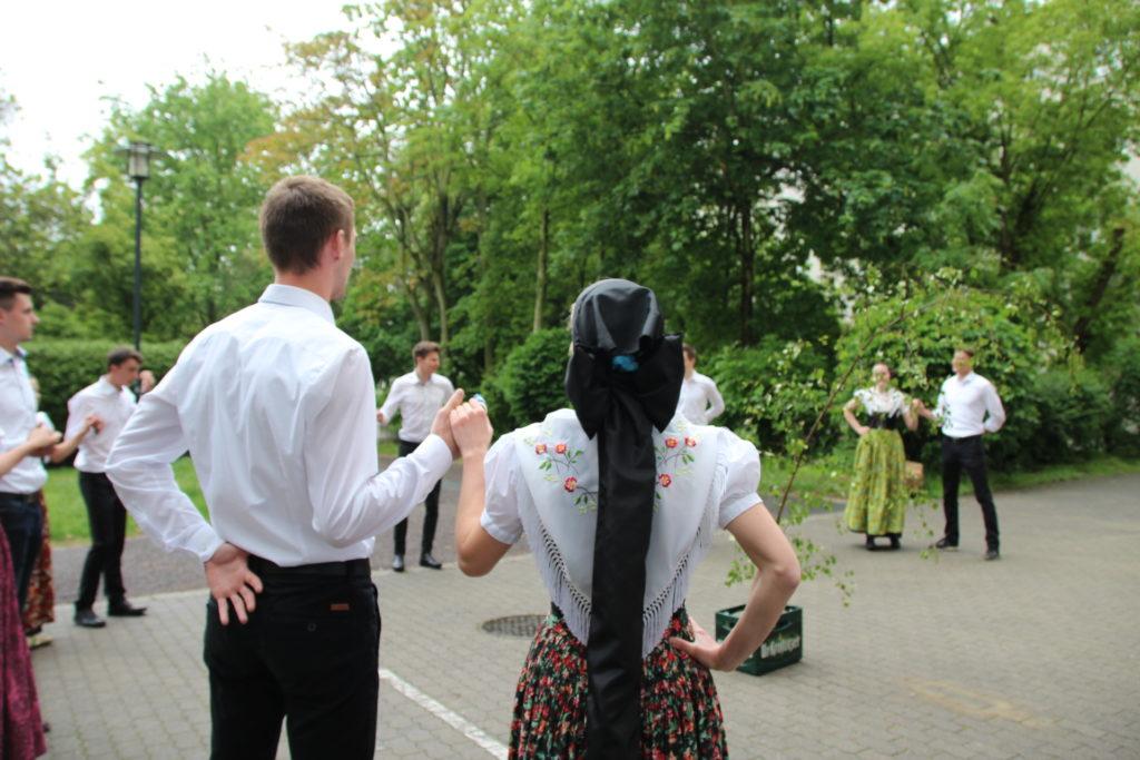 Sorbische Studierende beim traditionellen Maibaumwerfen