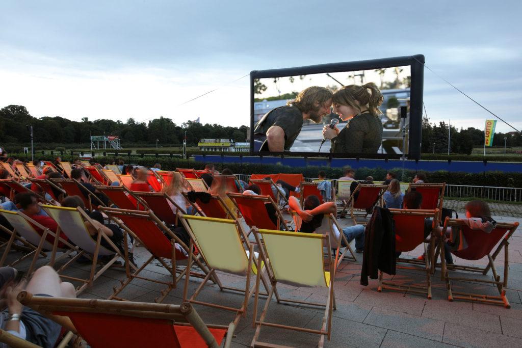 Liegestühle vor einer Leinwand im Sommerkino auf der Galopprennbahn Scheibenholz in Leipzig