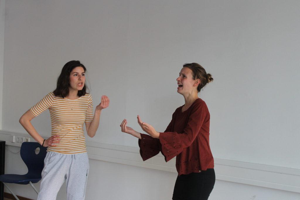 Zwei Mitglieder der Gruppe bei einer Szenenübung