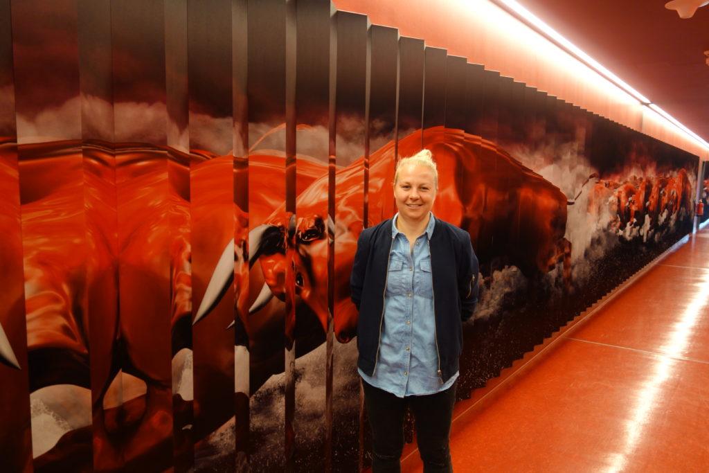 RB-Leipzig-Trainerin Katja Greulich vor einer Wand mit roten Bullen in der Leipziger Red-Bull-Arena