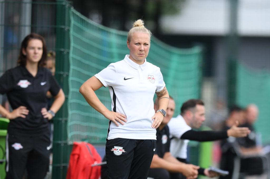 RB-Leipzig-Trainerin Katja Greulich am Spielfeldrand in weißem Nike-Trikot und mit angestrengter Miene