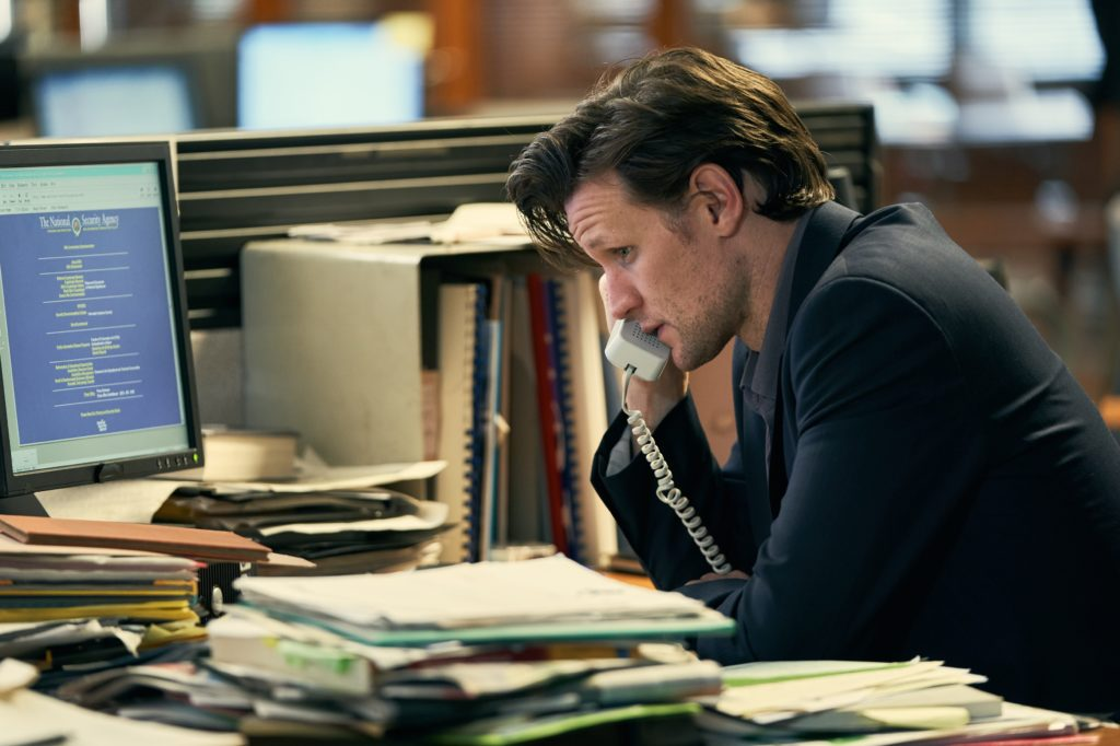 Der Journalist Martin Bright (Matt Smith) telefoniert während einer Recherche.