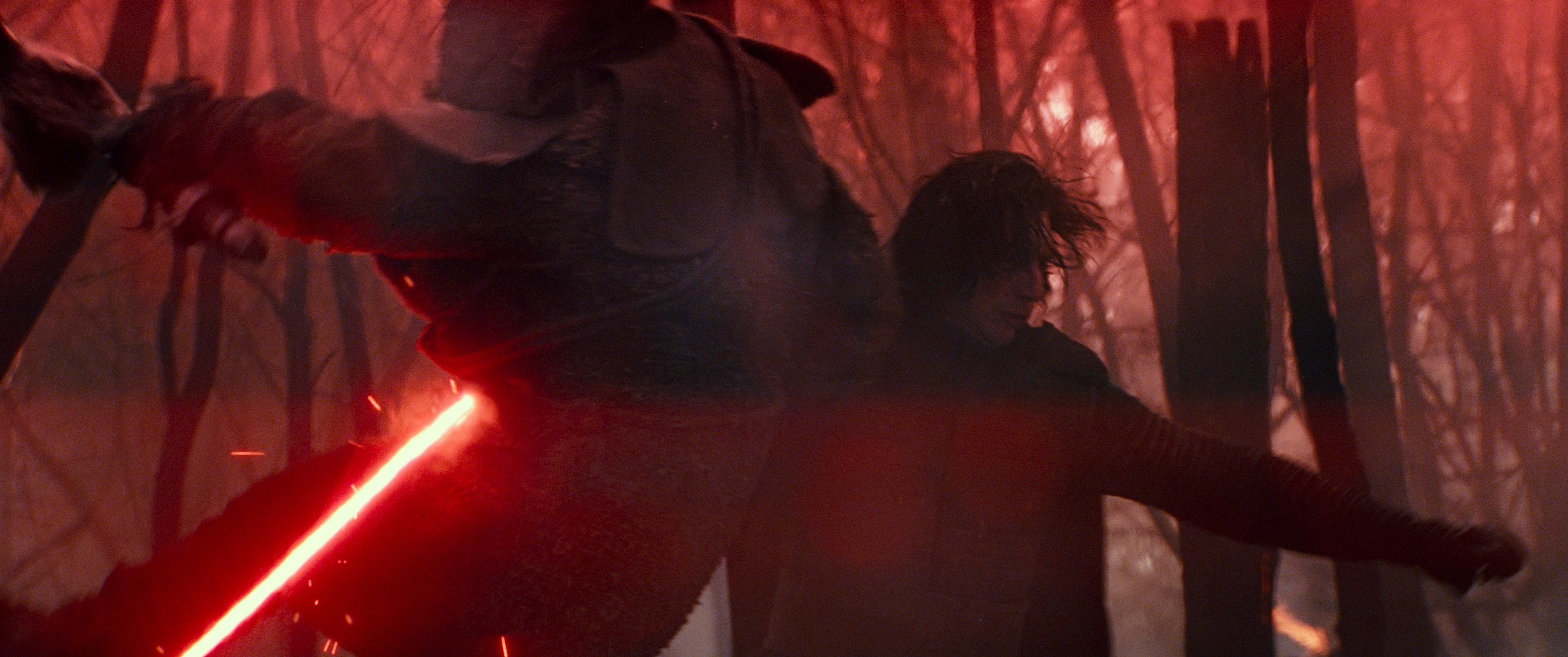 Filmfigur Kylo Ren, gespielt von Adam Driver, legt einen Gegner mit seinem rot leuchtenden Lichtschwert um.