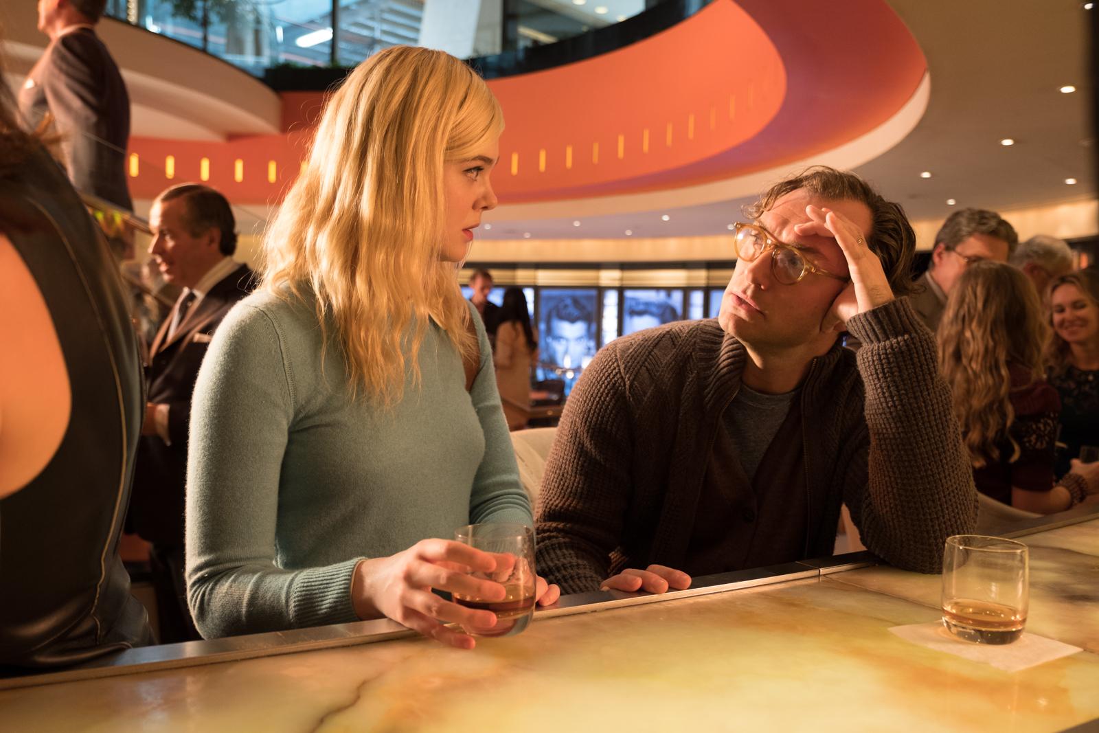 """Das Bild zeigt Ted Davidhoff (Jude Law) und Ashleigh (Elle Fanning) in dem Film """"A Rainy Day in New York"""". Sie sitzen an einer Bar und Ted redet eindringlich auf Ashleigh ein, die ihn erschrocken anguckt."""