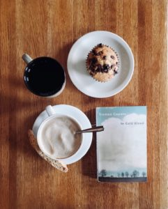 """Ein Kafee, ein Muffin und ein Tee liegen neben dem Buch """"In Cold Blood"""" von Truman Capote"""