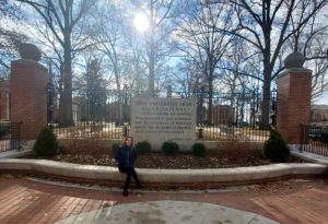 Der Eingang der Ohio University, davor Redakteurin Laura Camboni
