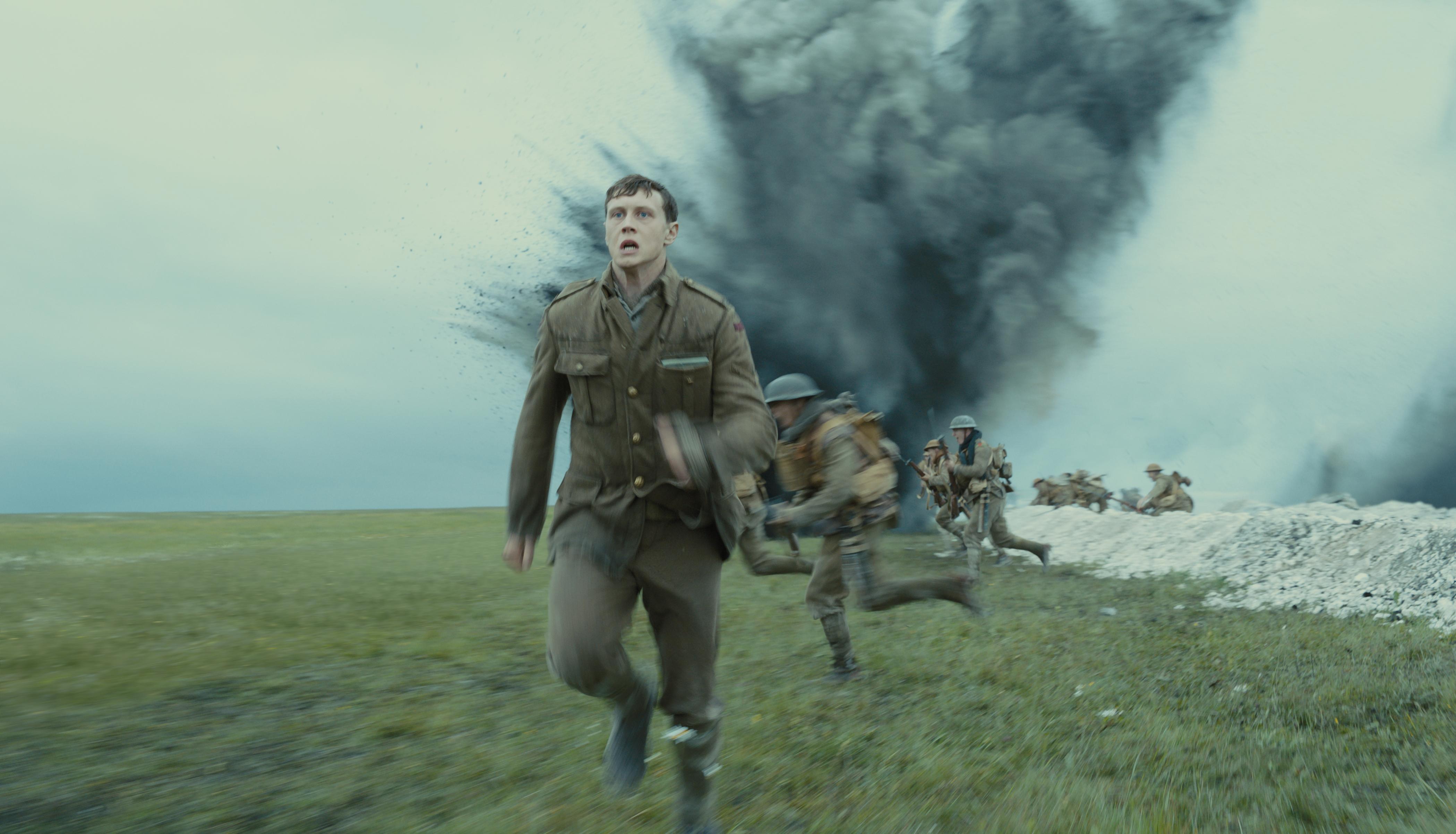 Schofield läuft während eines Angriffs am Schützengraben entlang.