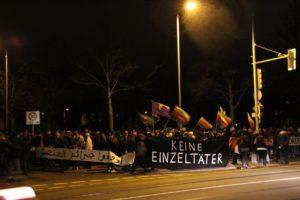 Der Demozug mit vielen kurdischen Flaggen und Transparenten mit arabischen und deutschen Schriftzügen