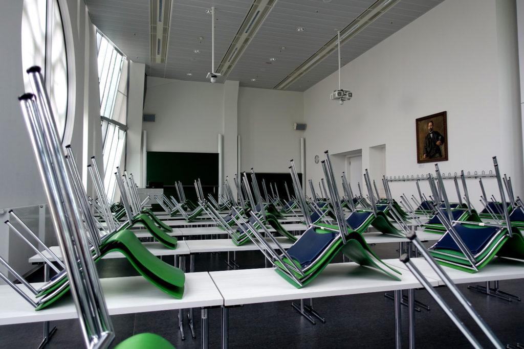 Felix-Klein-Hörsaal. Die Stühle sind auf die Tische gestellt.