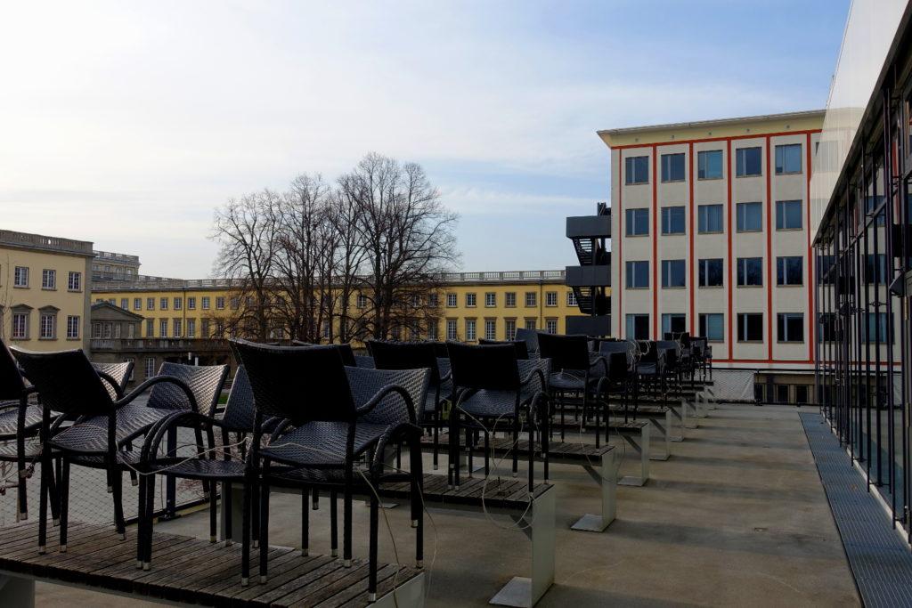 Die Mensa am Elsterbecken. Die Stühle sind ineinander gestellt.