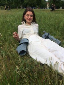 Kolumnistin Elisa im Gras liegend