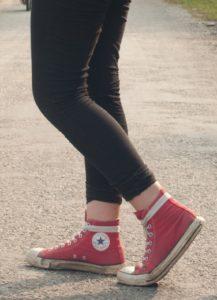 Die Beine der Kolumnistin in schwarzen Jeans