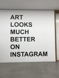 Der Schriftzug Art Looks Much Better On Instagram ist um 90 Grad gedreht auf einem weißen Hintergrund schwarz gedruckt.