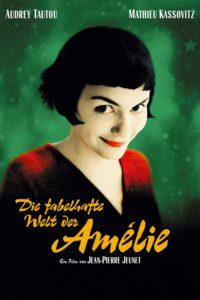 """Auf dem Filmplakat ist eine blasse junge Frau mit schwarzen Haaren und rotem Lippenstift zu sehen, die schüchtern in die Kamera lächelt. Darunter ist ein Schriftzug zu lesen: """"Die fabelhafte Welt der Amélie – Ein Film von Jean-Pierre Jeunet"""", darüber die Namen der Schauspieler: Audrey Tautou und Mathieu Kassovitz."""
