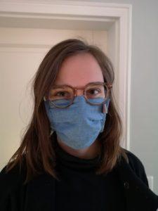 eine selbstgenähte Maske aus Jeansstoff