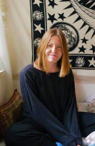 Porträtfoto von Kolumnistin Hannah. Sie ist blond und lächelt in die Kamera.