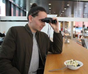Kolumnist Dennis schaut durch ein Fernglas in die Ferne