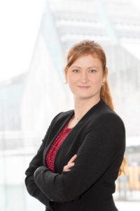 Sabrina Friebe steht vor der Silhouette des Hauptcampus der Alma Mater Lipsiensis.